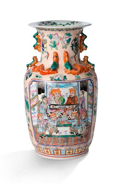 Chine, vers 1970  Vase en porcelaine de Canton...