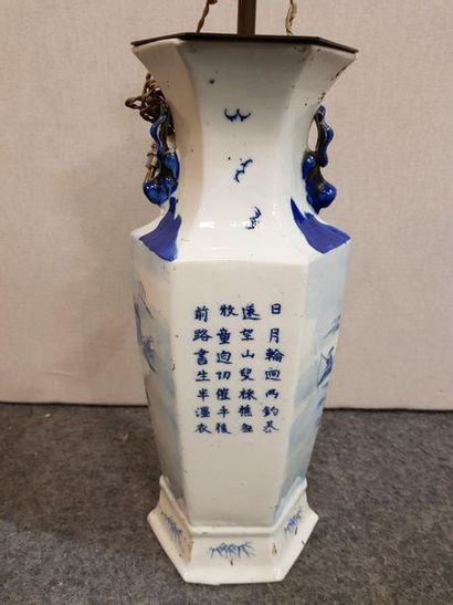 Vase hexagonal en porcelaine, à décor en...