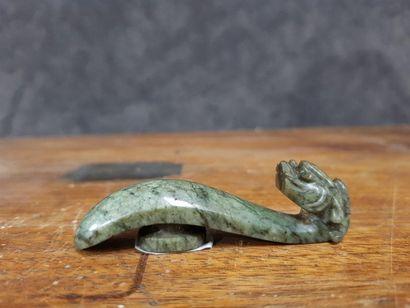 Chine, XXe siècle  Fibule en jade couleur épinard.    L. 7,5 cm
