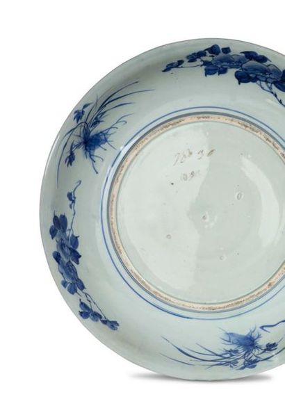 JAPON PÉRIODE MEIJI, VERS 1900 Grand plat en porcelaine orné d'une juxtaposition...