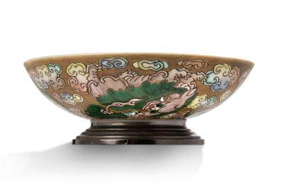 CHINE FIN DE LA PÉRIODE QING, XIXe SIÈCLE Set comprising a covered porcelain bowl...