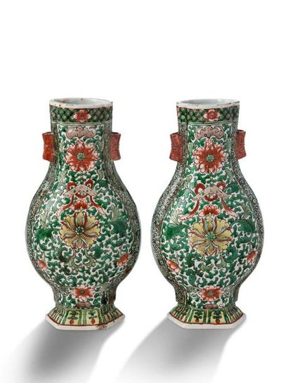 CHINE FIN XIXE - DÉBUT XXE SIÈCLE Pair of flat-bellied gourd vases, in porcelain...