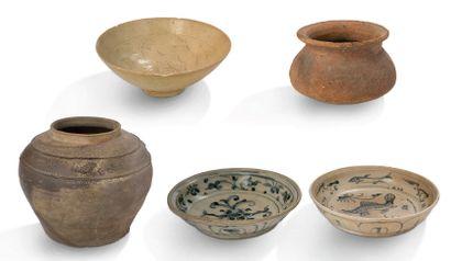 VIETNAM DU XIVe AU XVIe SIÈCLE Lot comprenant deux plats en céramique émaillée bleu,...