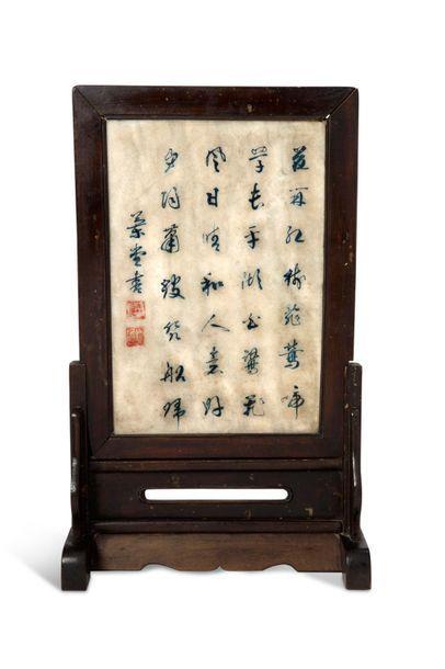 CHINE XIXE SIÈCLE Écran orné d'une plaque en albâtre à décor en polychromie d'une...