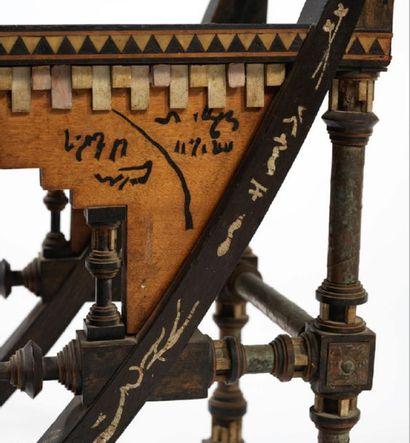 Carlo BUGATTI (1856-1940) PETITE CHAISE Structure en bois noirci et noyer à décor...