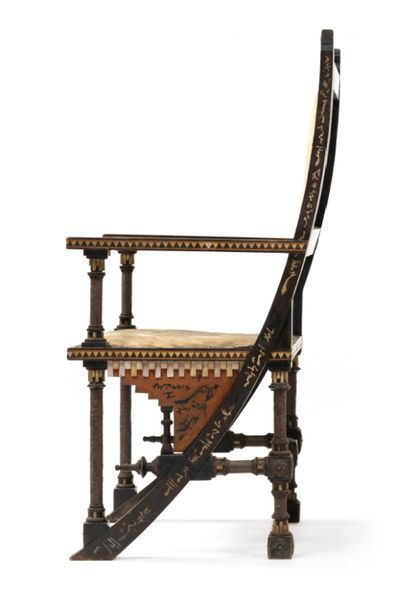 Carlo BUGATTI (1856-1940) 一对扶手椅 发黑的木头和胡桃木结构,有牛角和骨质镶嵌装饰。座椅和靠背覆盖着羊皮纸,下面有锤击的铜质奖章;靠背的后腿延伸到前面的底座,形成一个大的弧形,每个都有一个星星,下面有镶嵌的图案。...