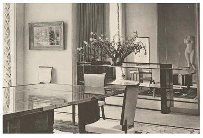 Jules LELEU (1883-1961) CONSOLE MODERNISTE En placage de frêne ondé verni, montants...