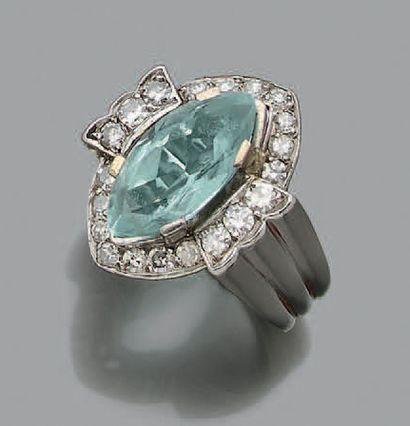 BAGUE Aigue marine, diamants ronds, platine...