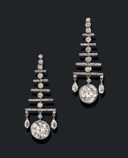 PAIRE DE PENDANTS D'OREILLES «DIAMANTS» Diamants...