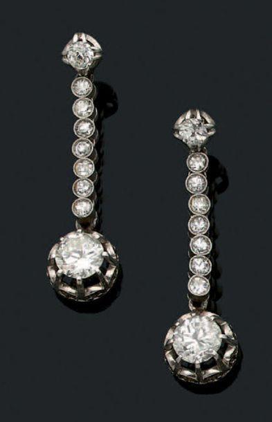 PAIRE DE PENDANTS D'OREILLES Diamants, platine...