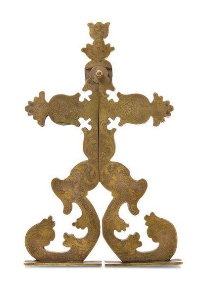 Curieuse croix en laiton joliment gravée...