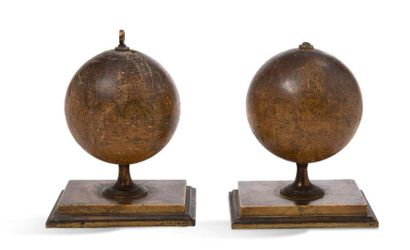 Charmante paire de globes de bureau, un terrestre...