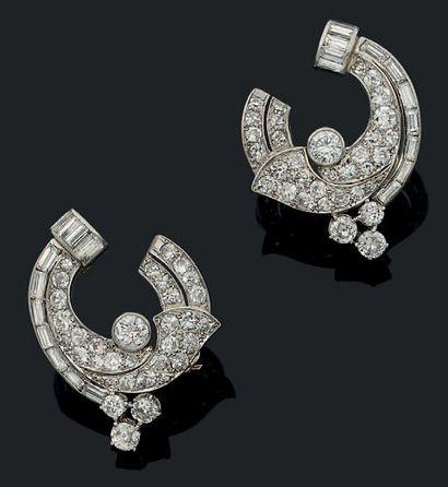 PAIRE DE CLIPS D'OREILLES «VOLUTES» Diamants...