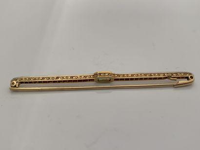 BROCHE «BARRETTE» Diamants taille rose, émeraude, or jaune 18K (750), platine (850)...