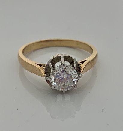 BAGUE «SOLITAIRE» Diamant rond taille brillant Or jaune 18K (750) et platine (950)...