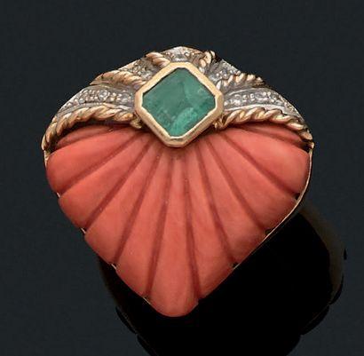 BAGUE «CORAIL» Corail gravé, émeraude, diamants,...