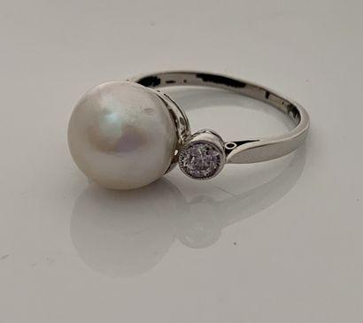 BAGUE Perle de culture, diamants, platine (950) Td. : 52 - Pb. : 4.3 gr A cultured,...