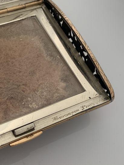 BOUCHERON Poudrier Cabochons de rubis, or et argent ( Signé et numéroté, écrin Dim....