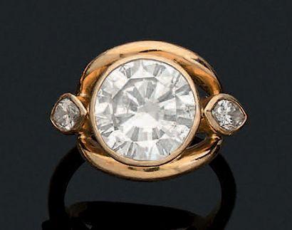 BAGUE «DIAMANTS» Diamant rond épaulé de diamants...