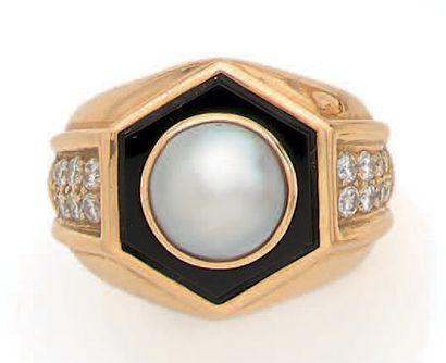 BAGUE Demi-perle, onyx, diamants, or jaune...
