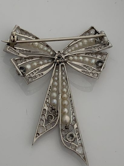 BROCHE «NOEUD» Diamants taille ancienne et taille rose, perles fines Or 9K (375),...