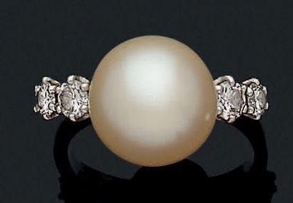 BAGUE Perle de culture, diamants. Or gris...