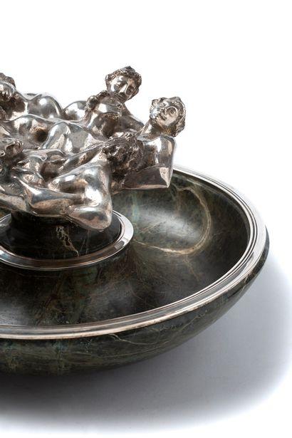RENE LALIQUE (1860-1945) SURTOUT DE TABLE «CORPS ENTRELACÉS» Coupe et support en...