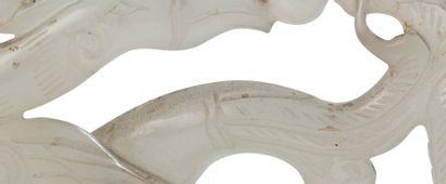 CHINE PÉRIODE QIANLONG (1735-1796) Pendentif en jade blanc, représentant un dragon...