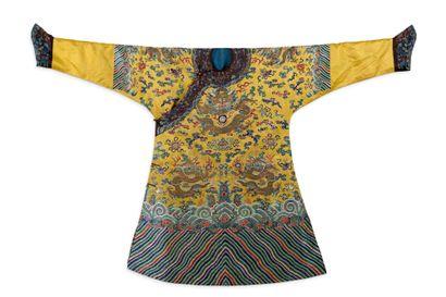 CHINE FIN DE LA PÉRIODE QING Robe en soie jaune foncé, brodée aux fils polychromes...
