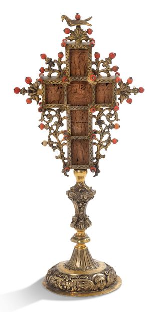 CROSS in wood carved in bas-relief with gilded...