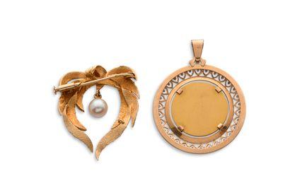 Lot en or  -médaille religieuse figurant profil de la Vierge Marie  -broche avec...