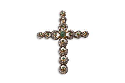 """Pendentif """"croix""""  Emeraude, diamants  Or jaune 18K (750) et argent (  H.: 7cm env...."""