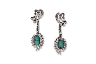 Paire de pendants d'oreilles  Cabochons de turquoises, diamants  Or gris 18K (750)...