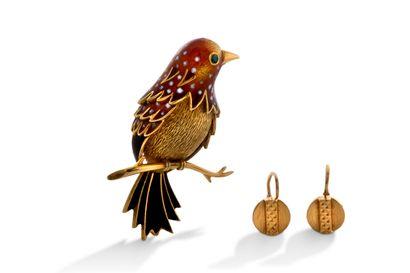 """Broche """"oiseau""""  Email et or jaune 18K (750)  On y joint une paire de motifs d'oreilles..."""