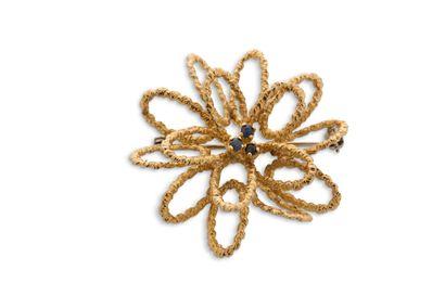 """Broche """"fleur""""  Saphirs  Or jaune 18K (750) texturé  Diam.: 3.5cm env. - Pb.: 7.9gr..."""