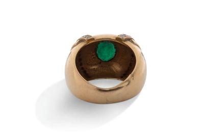 Bague  Emeraude en sertis clos, diamants, or jaune 18K (750)  Td.: 52 - Pb.: 13.8gr...