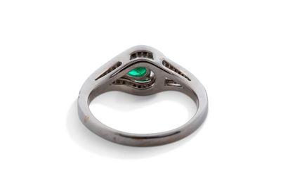"""Bague """"émeraude""""  Emeraude de forme poire, diamants, or gris 18K (750)  Poids de..."""
