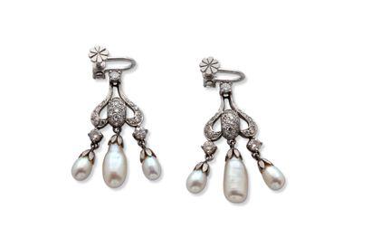 """Paire de pendants d'oreilles """"perles""""  Perles, diamants ronds  Or 18K (750)  H.:..."""