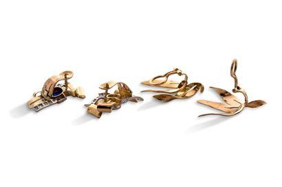 Lot en or  2 paires de motifs d'oreilles, saphirs, diamants  Or 18K (750)   Cliquez...