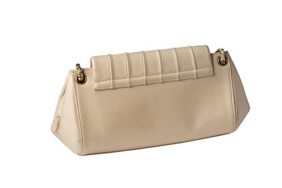 Chanel Chanel  Sac cuir beige rosé  Chaine dorée entrelassée de cuir, garniture métal...