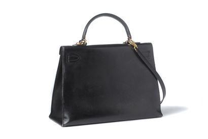 """Hermès Hermès """"Kelly""""  1987  Cuir noir  Garniture métal doré, porté main, anse porté..."""