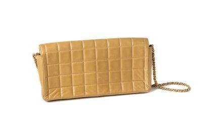 """Chanel """"Baguette"""" Chanel """"Baguette""""  Cuir beige matelassé  Chaine dorée entrelassée..."""