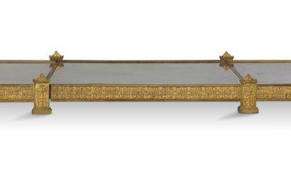 GRAND SURTOUT DE TABLE en bronze doré finement ciselé à fond de glace composé de...