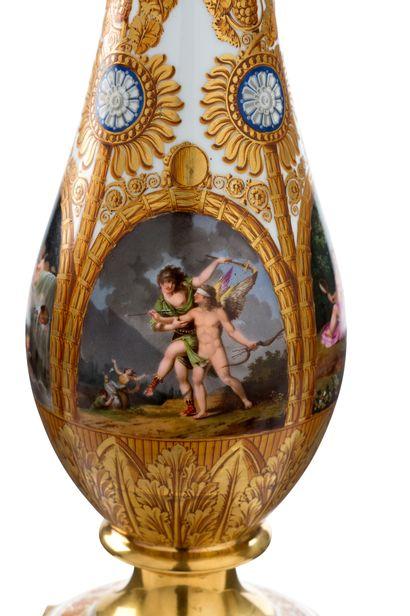 PAIRE DE GRANDS FLAMBEAUX en bronze ciselé doré à six bras de lumières retenus par...