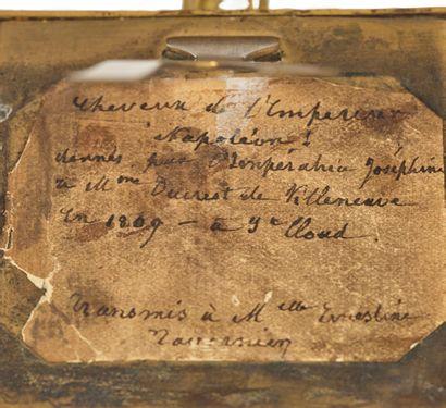 MÈCHE DE CHEVEUX DE L'EMPEREUR NAPOLÉON IER Présentée dans un cadre de forme carrée...