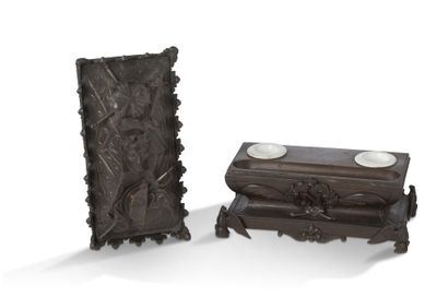 ENCRIER «LE TOMBEAU DE L'EMPEREUR» en bronze richement décoré au corps reposant...