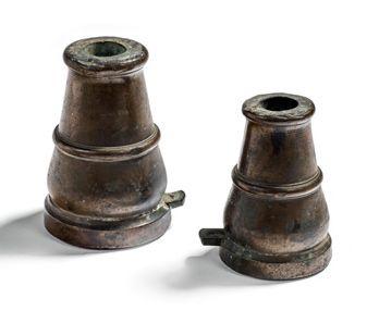 RÉUNION DE DEUX MORTIERS Deux pièces en bronze...