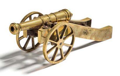 PETIT CANON Fût en bronze, affût et roue...