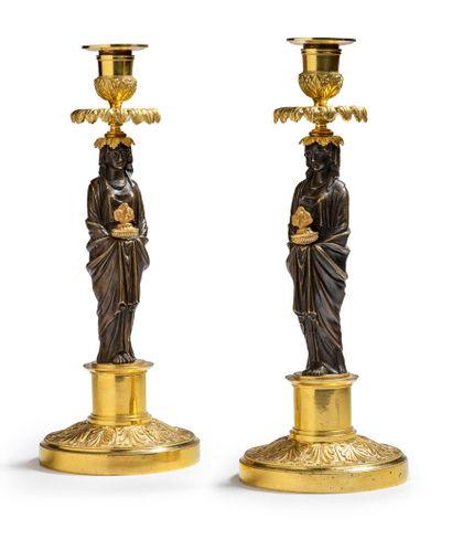 PAIRE DE FLAMBEAUX AUX VESTALES en bronze...