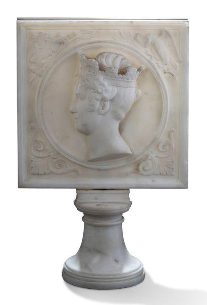 PLAQUE en marbre sculpté sur piédouche orné...